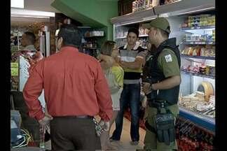 Assaltantes invadem loja e levam dinheiro do caixa e objetos pessoais de clientes - A polícia conseguiu capturar um dos suspeitos, mas ainda não tem pistas dos outros dois, que conseguiram fugir.