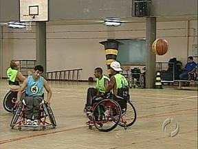 Projeto com cadeirantes precisa de apoio - Eles participam de atividades na quadra de esportes da Universidade Estadual de Londrina