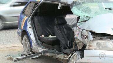 Carro da polícia bate em van e deixa três pessoas feridas em Jaboatão - Dois policiais ficaram feridos, em estado grave. Motorista da van foi socorrido para a UPA da Imbiribeira.