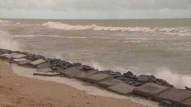 Força do mar chama a atenção e preocupa moradores da beira mar do Recife - Foi uma tarde de ressaca e maré alta no calçadão de Boa Viagem. Previsão para domingo é de que altura ultrapasse dois metros e meio.