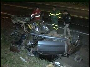 Três pessoas morrem na BR-277 em Guarapuava - Caminhão e carro bateram de frente em tentativa de ultrapassagem. O acidente foi entre Guarapuava e Cantagalo.