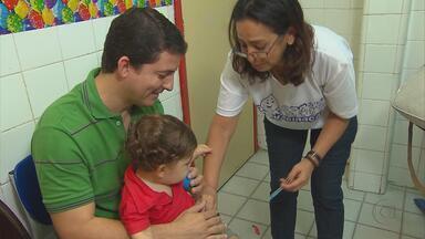 Sábado no Recife foi dia de compromisso dos pais com a vacinação dos filhos - Muitos não precisaram nem vacinar, apenas apresentar a carteira para ver se estava tudo em dia.