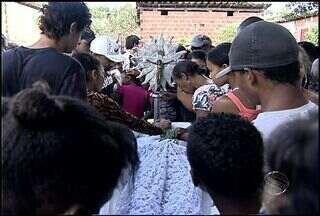 Suspeito de assassinar cunhado é procurado pela polícia de Sergipe - A polícia está à procura do homem suspeito de ter assassinado o cunhado na Zona Norte de Aracaju. Segundo familiares, o crime teria ocorrido porque a vítima tentou defender a irmã, que apanhava do marido.