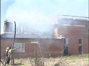 Incêndio destrói barracão no centro de Umuarama - O galpão estava desativado há 40 anos e ninguém ficou ferido.