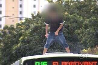 Cinegrafista flagra torcedor do Goiás andando em cima de ônibus, em Goiânia - Grupo de torcedores seguia para Estádio Serra Dourada, neste sábado (18).Após flagrante, Polícia Militar retirou jovens de dentro do veículo.