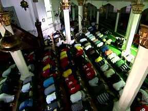 Fim do Ramadã deixa mesquitas lotadas em São Paulo - Muçulmanos do mundo inteiro celebram o fim do Ramadã, um mês de jejum para os seguidores da religião. Em São Paulo, as mesquitas estão lotadas para comemorar a data sagrada.
