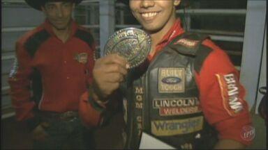 Peão leva prêmio de R$ 100 mil em Barretos - Ele também garantiu vaga em Las Vegas.