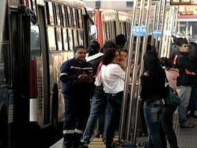 Paulistanos enfrentam demora em pontos de ônibus lotados - Márcio Canuto ouviu a população em mais uma tenda do SPTV. Acompanhe a difícil rotina de quem atravessa a cidade e enfrenta a demora nos pontos de ônibus