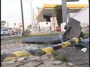 Três pessoas ficaram feridas em grave acidente no Alto da XV - Os carros foram parar dentro de um posto de combustível