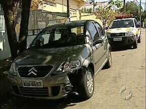 Bandidos se envolvem em acidente e polícia consegue recuperar carro roubado - O carro foi roubado em Rolândia, quando ainda fugiam os ladrões bateram o carro e foram presos pela polícia de Londrina.