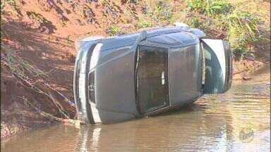 Motorista perde o controle do carro e cai em córrego em Araraquara, SP - Motorista perde o controle do carro e cai em córrego em Araraquara, SP.