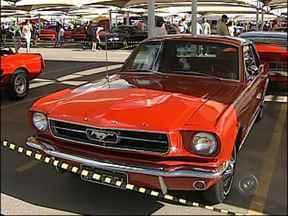 Encontro reúne amantes de Mustangs em Itu, SP - Em Itu (SP) um encontro reuniu admiradores e donos de Mustangs. O carro virou ícone da indústria sendo produzido desde o lançamento em 1964 até hoje. Confira na reportagem como foi o evento.
