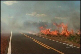Em São João dos Patos, os incêndios preocupam os lavradores e também motoristas - Quando o fogo toma conta da vegetação à beira das estradas, aumenta o risco de acidentes.
