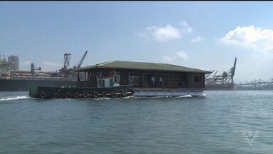 Estação móvel será usada para ensinamentos sobre preservação do meio ambiente - Uma casa flutuante que estava abandonada acaba de passar por reformas, e nesta segunda-feira saiu de uma marina e foi atracada em um pier, em Guarujá, onde receberá os visitantes.