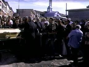 Corpo de agricultor morto em tiroteio com a polícia é enterrado no RS - Família levou faixas em protesto pela morte da vítima.