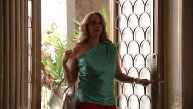 Ivana quase flagra discussão entre Nina e Carminha - Nina aproveita para fazer intrigas sobre a patroa para Ivana