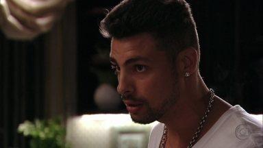 Jorginho pede que Zezé o leve ao cativeiro de Carminha - A empregada fica nervosa, mas Jorginho insiste no pedido