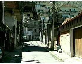 Moradores reclamam de falta de policiamento em bairro de Petrópolis - Em Chácara Flora a população está com medo das invasões às residências da região. Segundo os moradores, a polícia foi acionada 34 vezes, mas mesmo com um posto de policiamento bem próximo, não compareceu ao local.
