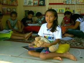 Menina de Tocantins participa de projeto apoiado pelo Criança Esperança - Rebeca da Silva Arruda, de 11 anos, mora em Axixá do Tocantins. Ela gosta muito das rodas de leitura do Ensinando e Aprendendo, que é apoiado pelo Criança Esperança.