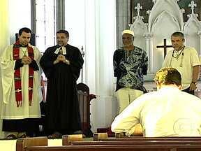 Moradores de Santa Teresa fazem homenagem às vítimas da tragédia com o bonde - Representantes de várias religiões organizaram uma celebração que foi realizada na sede da Igreja Anglicana, em Santa Teresa. Este é o primeiro de uma série de eventos para marcar a data da tragédia, que completa um ano na segunda-feira (27).