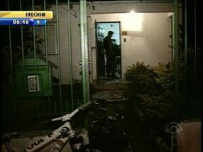 Policial militar de folga foi baleado ao tentar deter dois homens que assaltavam loja - Policial militar de folga e à paisana foi baleado ao tentar deter dois homens que assaltavam uma lan house em Santa Maria.