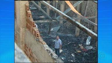 Incêndio atinge três prédios em Sertânia, no Sertão do estado - Entre os imóveis atingidos está uma escola. Seis salas de aula foram queimadas. Cento e vinte alunos estavam na escola no momento do incêndio, mas ninguém ficou ferido.