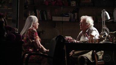 Lucinda tenta convencer Santiago a se aproximar de Carminha - Os dois conversam sobre a vingança de Nina