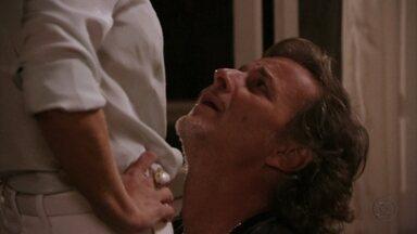 Max pede perdão a Carminha - Ele sai do apartamento transtornado com o que ouviu e procura sua amante