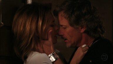 Carminha e Max fazem as pazes - Eles se beijam ardentemente e fazem amor
