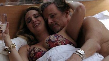 Ivana diz a Max que passará a noite com ele na lancha - Ele tenta se livrar da esposa. Antes disso, o malandro tenta sensibilizá-la sobre Carminha. Ela garante que o irmão jamais a deixaria na mão