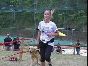 Fiorella Mattheis e sua golden retriever Manu vencem todas as corridas - Conheça cães que já venceram várias competições