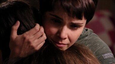Nina se despede de Ágata e a menina chora - A garota fica triste com a notícia e Nina promete que nunca deixará de vê-la