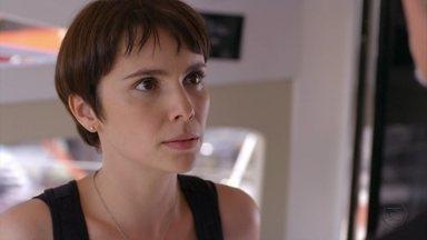 Nina percebe armação de Max e eles discutem - O malandro inventa que Carminha é foragida da polícia e deixa a cozinheira desconfiada. Lúcio filma toda a conversa