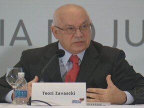 Teori Zavascki é indicado por Dilma Rousseff para vaga de Cézar Peluso no STF - O ministro e considerado como um dos mais técnicos do Superior Tribunal de Justiça. Para assumir o cargo, ele será sabatinado pela Comissão de Constituição e Justiça do Senado e depois ter o nome aprovado. A indicação agradou os ministros do Supremo.