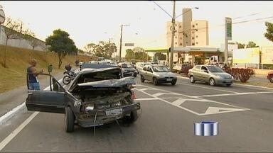 Acidente em avenida de São José dos Campos deixa cinco feridos - Carro perde o controle e invade a pista contrária, em São José dos Campos.
