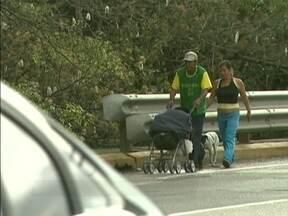 Casal atravessa Ponte Colombo Salles à pé, acompanhado de carrinho de bebê e cachorro - Segundo a Polícia Militar, é probido andar sobre as pontes.