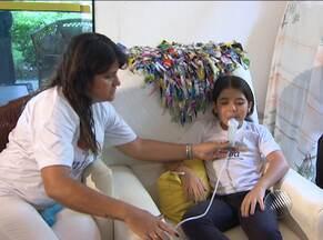 Pais de crianças com fibrose cística reclamam da falta de remédios - O medicamento que custa R$ 6 mil, em média, deveria ser distribuído de graça pelo estado, mas está em falta há mais de um mês.