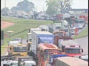 Motociclista morre em acidente com caminhão na BR-116 - Tráfego ficou lento depois do acidente. Congestionamento ainda foi agravado pelas obras de duplicação da rodovia.