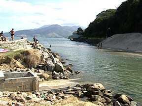 Mangaratiba sofre com ocupações irregulares e saneamento básico precário - Mangaratiba tem uma beleza natural fora do comum. E precisa ser preservada. Ocupações irregulares estão levando esgoto para os rios.