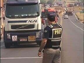 Policiais federais fiscalizam se caminhoneiros estão cumprindo lei do descanso - A blitz foi feita na BR 376 em Paranavaí