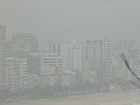 Nevoeiro causa transtornos nos aeroportos - Na noite de segunda-feira (10), alguns voos precisaram ser transferidos do Aeroporto Santos Dumont para o Tom Jobim. Na manhã desta terça, até voos do Aeroporto Internacional precisaram ser cancelados.