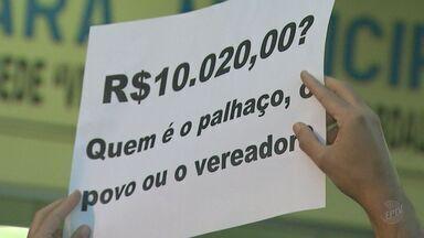 Reajuste salarial de vereadores gera protesto na Câmara de Sertãozinho, SP - Manifestação reuniu cerca de 200 pessoas e pediu revisão do aumento de 25,6%.