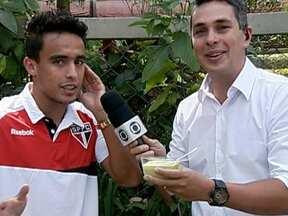 Jadson comemora volta à Seleção Brasileira de Mano Menezes - Meia brinca com o Globo Esporte e leva sobremesa para o repórter Ivan Moré