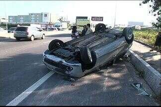Carro capota após acidente na BR-101, na Serra, ES - Com trânsito lento, houve outra batida no sentido contrário. Motorista foi socorrido pelo Samu e encaminhado para hospital.
