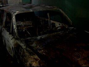Criança de 4 anos pega isqueiro da avó e incendeia um carro em MG - Apesar do susto, o menino não se feriu, em Uberlândia. Avó, que é costureira, guardava tecidos para confecção no veículo.