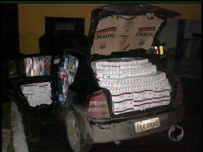 PRF apreende carro cheio de cigarro contrabandeado na BR-277 em Irati - Depois de tentar escapar dos policiais, o motorista bateu o carro em uma estrada rural e fugiu. Dentro do automóvel, os policiais encontraram mais de 20 mil maços de cigarro.