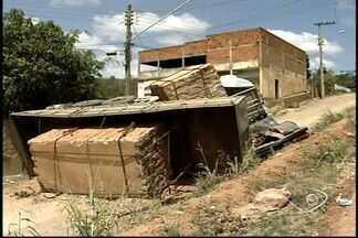 Carreta carregada de blocos de granito tomba em Baixo Guandu, no ES - Veículo quase atingiu uma casa, mas ninguém ficou ferido.