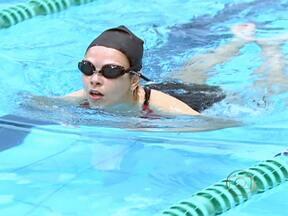 Natação melhora problemas respiratórios - Muitos médicos já indicavam a prática deste exercício para diminuir as crises com asma. Um trabalho comprovou cientificamente que o ambiente da piscina melhora o ressecamento das vias aéreas e que a posição horizontal ajuda o ar a fluir.