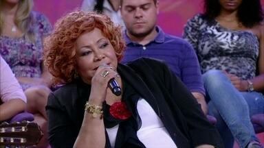 Alcione diz que na hora de cantar pensa nas paixões que já viveu - Cantora conta que tem que emocionar quem está ouvindo