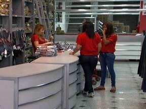 Lojas e supermercados contratam temporários para as vagas de fim de ano - Em toda a capital, são mais de 20 mil vagas. O salário médio é de R$ 872. No Brás, tem oportunidades principalmente para vendedor, caixa e estoquista. O comércio de outras regiões da cidade também está contratando.